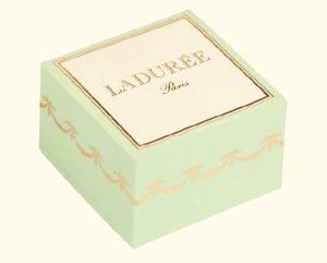 boite souple 1 macaron 300x241 - Offrez du sucré à vos invités !