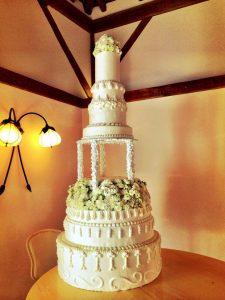 10424354 10152591451157094 814999793338890745 n 225x300 - Le célèbre gâteau des mariés ... une tradition?