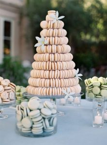 piecemonteemacarons 221x300 - Le célèbre gâteau des mariés ... une tradition?