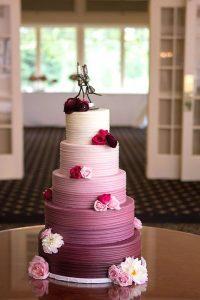 weddingcakerose 200x300 - Le célèbre gâteau des mariés ... une tradition?